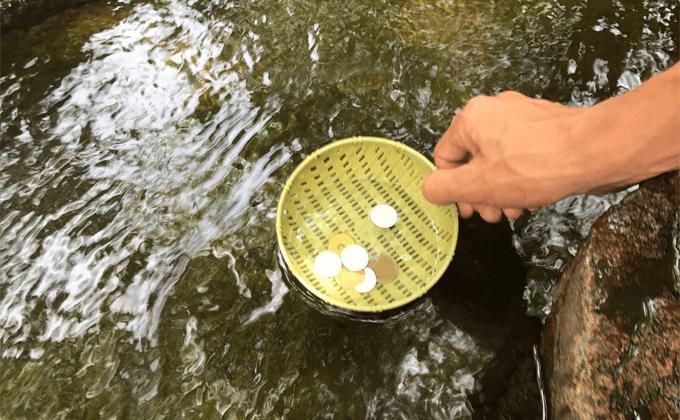 弁財天黄金浄水でお金を洗っています