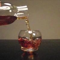 ゆらゆらと揺らせて、楽しみながら飲める「ロッキンググラス 」